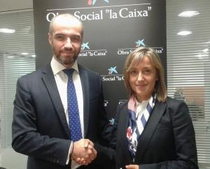 En la foto, José Manuel Caamaño, director de Área de Negocio de CaixaBank en A Coruña, junto con Mónica Permuy, directora de la Fundación Meniños.